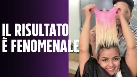 Le tira la cuffia dai capelli, il risultato è fenomenale: l'hair stylist che tutte vorremmo