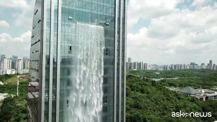 Architetture folli: in Cina la cascata sgorga da un grattacielo