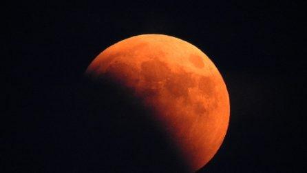 L'eclissi di Luna del secolo tinge di rosso il cielo di agosto: le immagini straordinarie