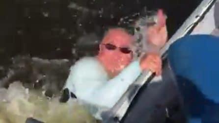 Un uomo in difficoltà: prova a uscire dall'acqua dopo esserci caduto rovinosamente