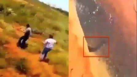 Camminano lungo un piccolo fiume: quello che vedono è spaventoso