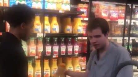 Il ragazzo autistico è affascinato dal lavoro al supermercato: il commesso compie un gesto meraviglioso