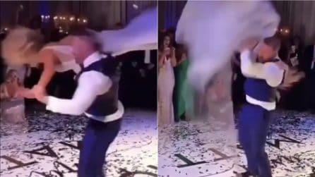 Solleva la sposa poi la lancia all'indietro durante il primo ballo: gli invitati restano scioccati