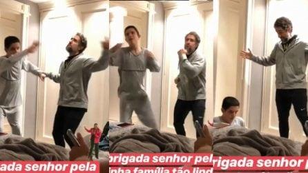 Il commovente video del presentatore che insegna al figlio autistico come ballare come Elvis