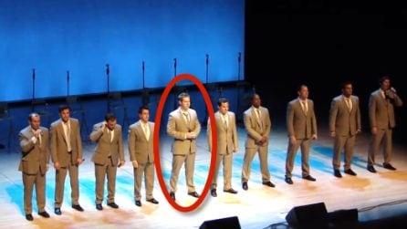 Quando inizia a cantare lui, il pubblico impazzisce: una stupenda esibizione