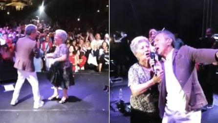 """Pupo canta a sorpresa """"Su di noi"""" con la mamma 85enne Irene Bozzi"""