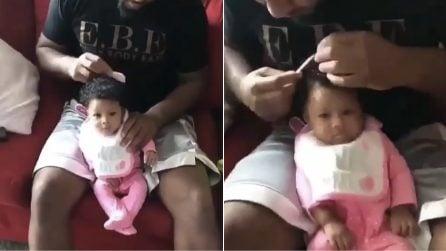 Mamma torna a casa e li trova così: la scena tenerissima tra papà e figlia