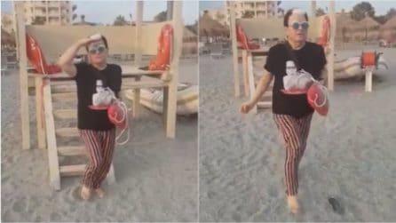 Cristiano Malgioglio come Pamela Anderson: la spassosa corsa in spiaggia sulle note di Baywatch