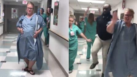 Dopo ore di travaglio tenta un metodo 'alternativo' per indurre il parto: il video diventa virale