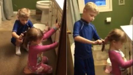 Mamma entra in bagno e li trova così: fa una scoperta dolcissima