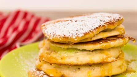 Pancakes alle mele e burro d'arachidi: perfetti per una colazione super golosa!
