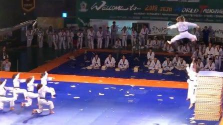 """L'atleta """"spicca il volo"""" durante l'esibizione: il Taekwondo come non lo avete mai visto"""