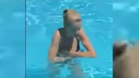 Il bikini della ragazza viene via: l'incidente imbarazzante in piscina