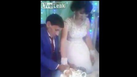 Matrimonio un Uzbekistan: il taglio della torta diventa virale