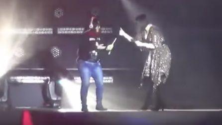 Laura Pausini colpita da una fan e ferita al labbro: l'incidente sul palco durante un concerto