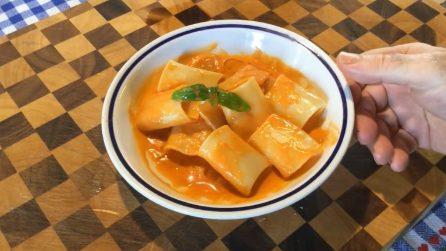 Paccheri con succo di pomodorini, scaglie di grana e basilico: un primo piatto davvero gustoso