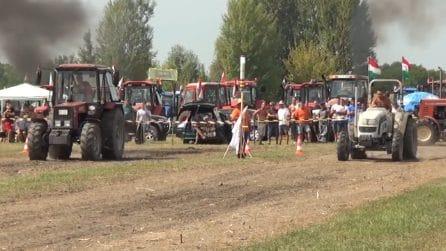 A tutta velocità nei campi: la curiosa competizione con i trattori agricoli