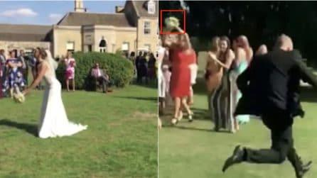 La sua fidanzata afferra il bouquet: la reazione dell'uomo spiazza tutti e diventa virale