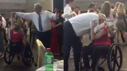 Costretta alla sedia a rotelle, il ballo emozionante con l'uomo della sua vita: suo padre