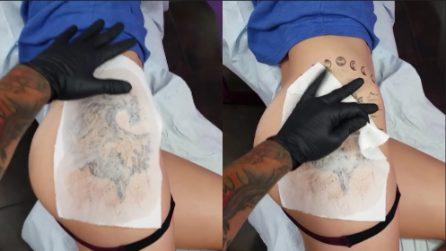 Si stende sul lettino del tatuatore: l'uomo svela la sua opera