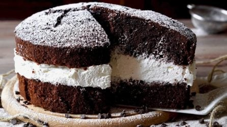 Torta soffice al cioccolato farcita con panna: un'esplosione di gusto
