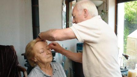 La moglie sta diventando cieca, lui impara a truccarla: un'incredibile storia d'amore