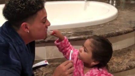 Papà e figlia sono soli a casa: al suo rientro la mamma scopre una scena dolcissima