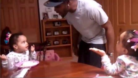 """Non sanno parlare ma le gemelline già """"discutono"""" con papà: la scena è irresistibile"""