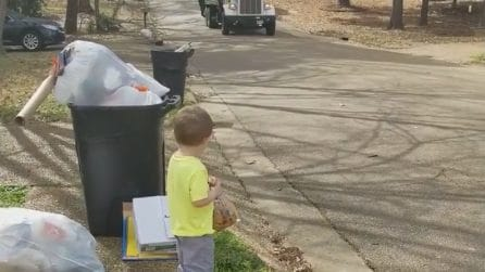 Aspetta qualcuno davanti casa con un pacco di biscotti: ecco a chi li regala