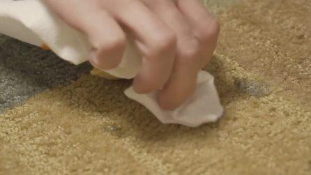 Macchie di cibo sul tappeto: il rimedio per eliminarle facilmente