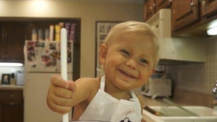 Ha soli 2 anni ma realizza un tutorial di cucina: il piccolo chef commuove il web
