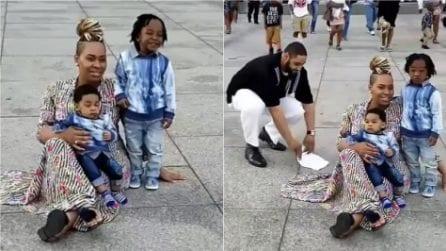 Scatta una foto con i figli, ma non si accorge di quello che accade alle sue spalle