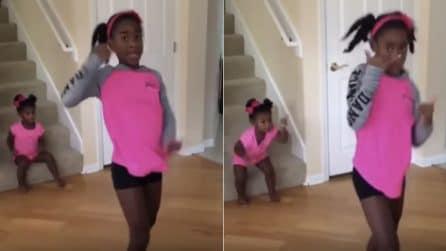 Si filma mentre balla, ma la sorellina alle sue spalle le ruba la scena