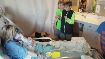 Dopo cinque figli maschi nasce una femminuccia: il primo incontro con i fratelli è tenerissimo