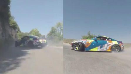 L'auto da rally sfreccia tra le insidiose curve di montagna: le immagini sono adrenaliniche