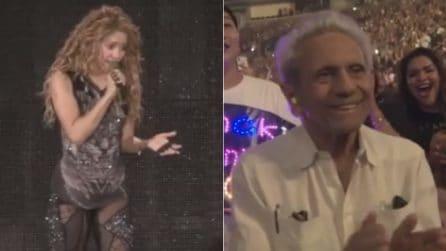 Shakira, commozione sul palco: la cantante interrompe il concerto per il compleanno del papà