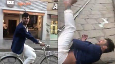 """Fabrizio Corona canta in bici """"Viva la libertà"""", ma qualcosa va storto"""