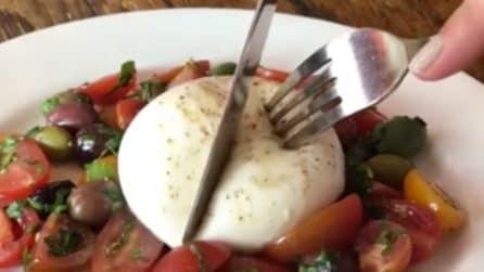 La burrata al centro del piatto: quando la apre è un'esplosione di gusto