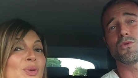 Karaoke in famiglia: Alessia Mancini e Flavio Montrucchio cantano in auto