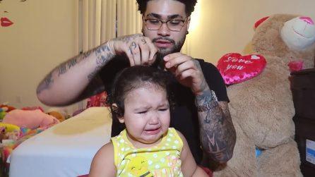 """La mamma non è in casa e il papà """"provvede"""" all'acconciatura della piccola"""