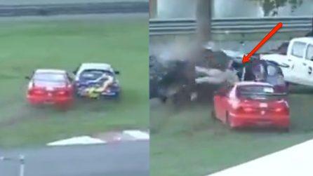 Terribile incidente durante una gara: l'auto viene tagliata in due