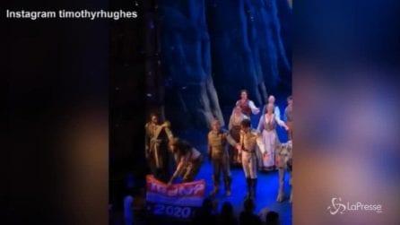 Attore strappa la bandiera pro Trump alla fine di uno spettacolo a Broadway