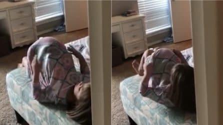 Mamma sente strani rumori dalla cameretta: sorprende la figlia che finge di partorire