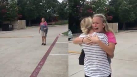 Sorprende la sorella gemella a lavoro: la reazione è emozionante