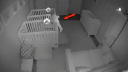 Mettono una telecamera nella stanza dei gemellini: i genitori fanno un'esilarante scoperta