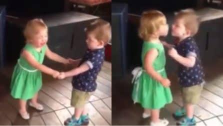 La sua piccola amica piange e lui trova un dolcissimo modo per consolarla