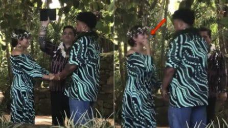Arriva il momento del primo bacio degli sposi, ma un colpo di scena spiazza gli invitati