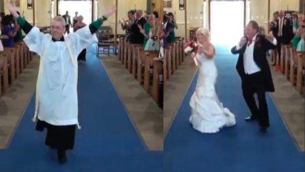 Prete, invitati e sposa fanno qualcosa di inusuale: scena mai vista prima a un matrimonio