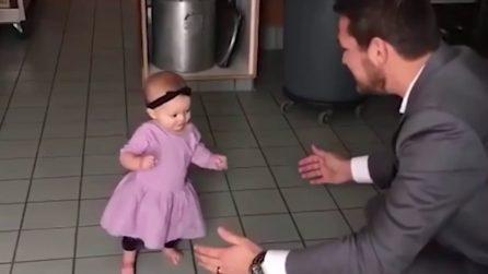 Vuole correre tra le braccia del suo papà: i tenerissimi primi passi
