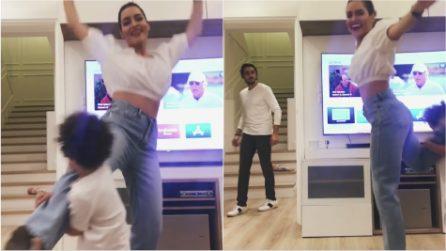 Mamma e figlio ballano davanti alla telecamera: papà torna a casa ed ecco la sua reazione